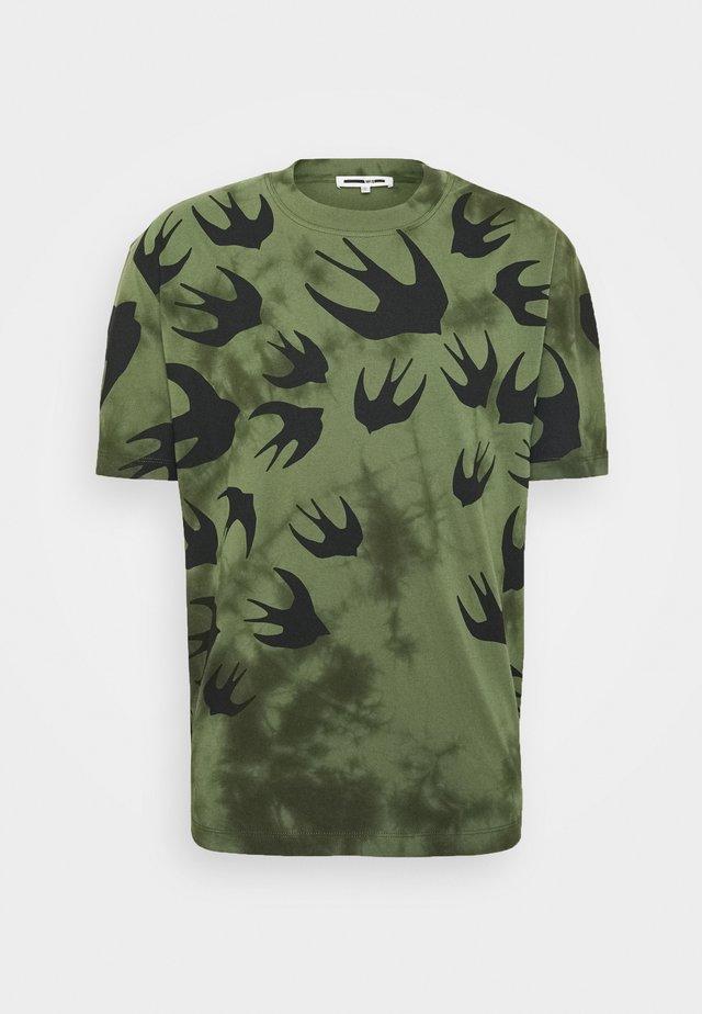 DROPPED SHOULDER - T-shirt con stampa - military khaki