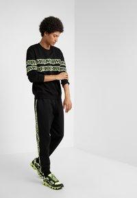 McQ Alexander McQueen - CLEAN CREW NECK - Sweatshirt - darkest black - 1