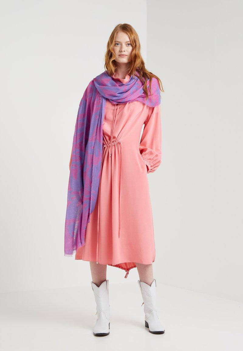 McQ Alexander McQueen - SWALLOW CUT UP SCARF - Schal - hot pink/purple haze