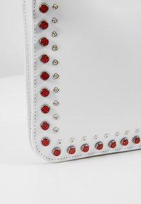 McQ Alexander McQueen - DOUBLE POUCH CROSS - Taška spříčným popruhem - white - 6