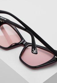 McQ Alexander McQueen - Zonnebril - black/pink - 4