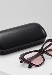 McQ Alexander McQueen - Occhiali da sole - black/pink - 2
