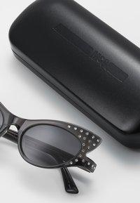 McQ Alexander McQueen - Okulary przeciwsłoneczne - grey/smoke - 2