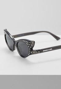 McQ Alexander McQueen - Okulary przeciwsłoneczne - grey/smoke - 4