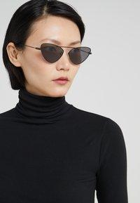 McQ Alexander McQueen - Sonnenbrille - black/grey - 1
