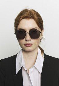 McQ Alexander McQueen - Sonnenbrille - black/smoke - 1