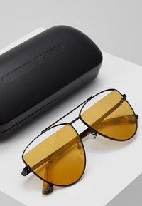 McQ Alexander McQueen - Sluneční brýle - gold-coloured - 2