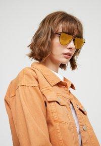McQ Alexander McQueen - Sluneční brýle - gold-coloured - 3