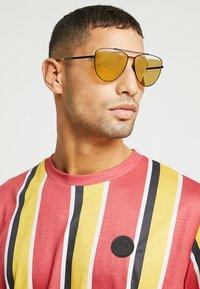McQ Alexander McQueen - Sluneční brýle - gold-coloured - 1