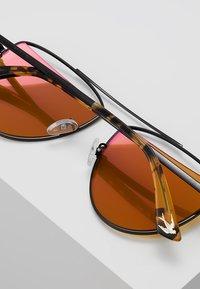 McQ Alexander McQueen - Sluneční brýle - gold-coloured - 5