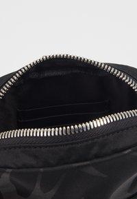 McQ Alexander McQueen - Taška spříčným popruhem - black - 3