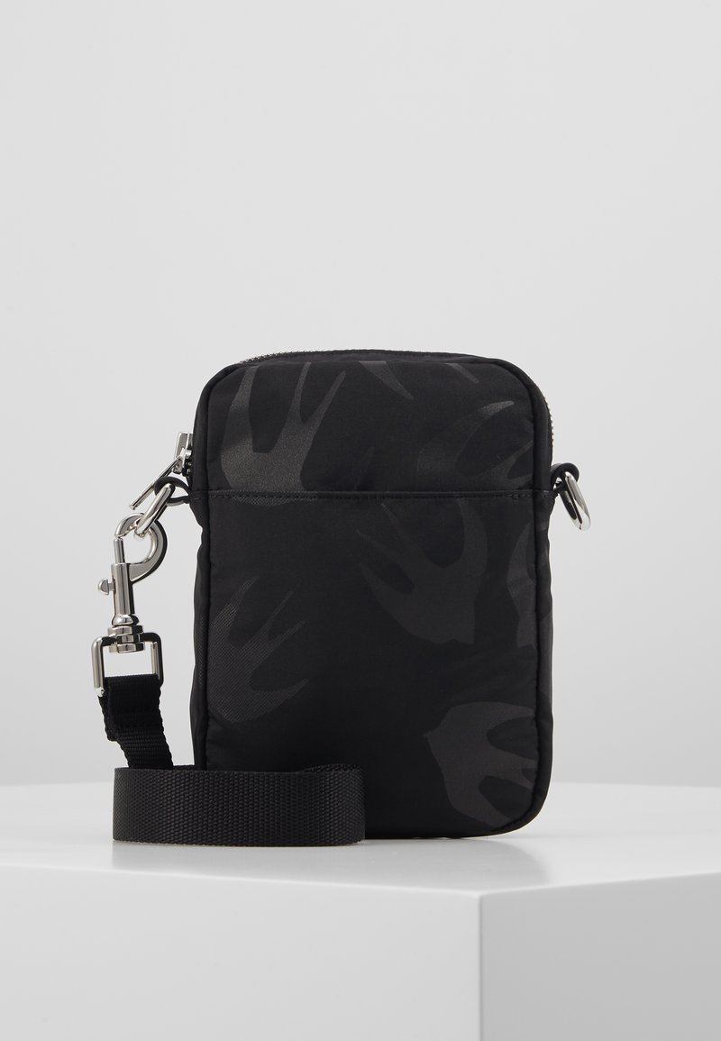 McQ Alexander McQueen - Taška spříčným popruhem - black