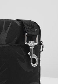 McQ Alexander McQueen - Taška spříčným popruhem - black - 6