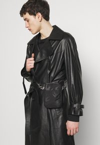 McQ Alexander McQueen - Taška spříčným popruhem - black - 1