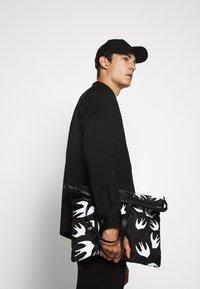 McQ Alexander McQueen - MAGAZINE TOTE SWALLOW - Tote bag - black - 3