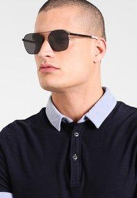 McQ Alexander McQueen - Sonnenbrille - black/black/grey - 0