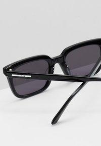 McQ Alexander McQueen - Solglasögon - black/black smoke - 5