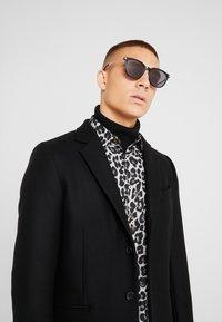 McQ Alexander McQueen - Sluneční brýle - black/gold-coloured - 1