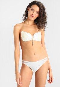 MAGIC Bodyfashion - VA VA VOOM BRA  - Multiway / Strapless bra - white - 1