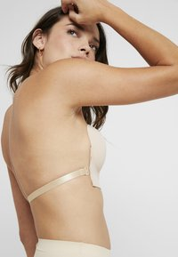 MAGIC Bodyfashion - LUVE BRA - Strapless BH - latte - 5