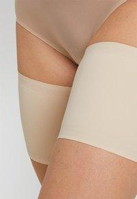 MAGIC Bodyfashion - BE SWEET TO YOUR LEGS - THIGH BANDS - OBERSCHENKELBÄNDER - Overknee-strømper - latte - 4