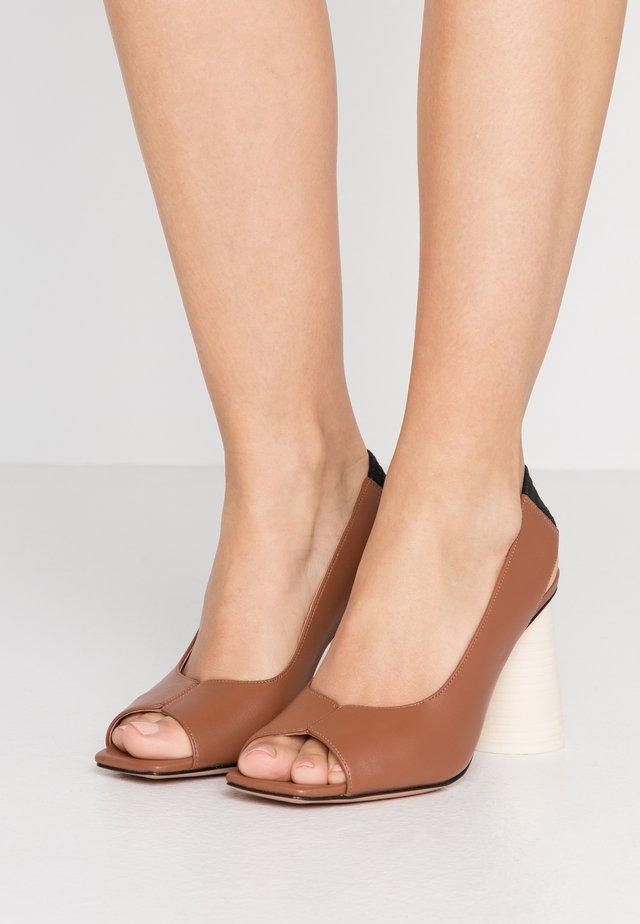 ANSA - Korolliset sandaalit - tan