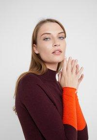 MAX&Co. - IMEIDE - Strikket kjole - burgundy pattern - 5