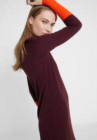 MAX&Co. - IMEIDE - Strikket kjole - burgundy pattern - 3