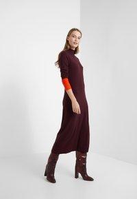 MAX&Co. - IMEIDE - Strikket kjole - burgundy pattern - 1