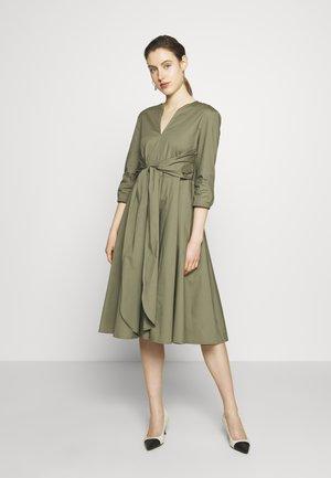 DIONISIO - Koktejlové šaty/ šaty na párty - moss green