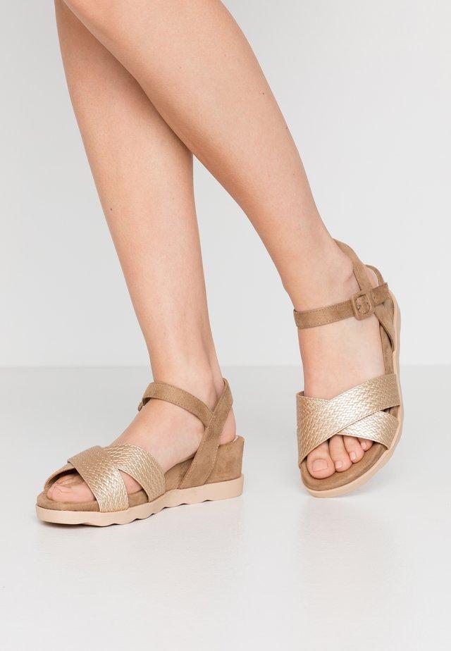 NAGUA - Platform sandals - fabraid oro/join arena