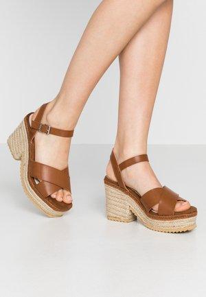 CAMBA - Sandały na obcasie - tan