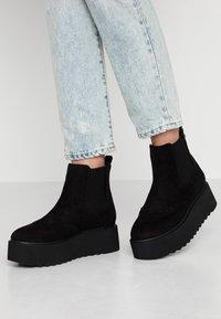 mtng - HIGH SCHOOL - Kotníkové boty na platformě - black - 0