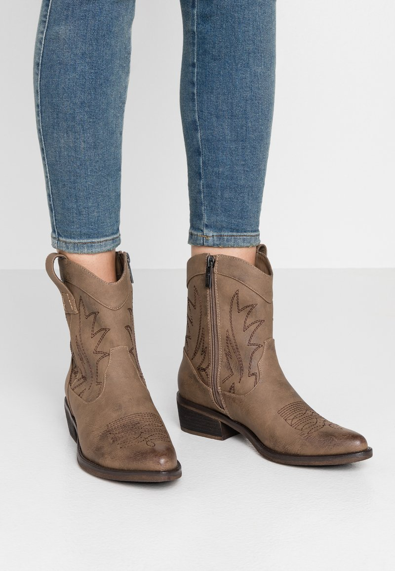 mtng - ANUBIS - Cowboy/biker ankle boot - taupe