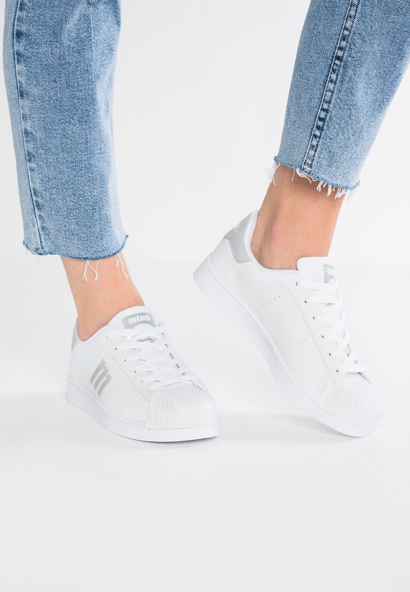 mtng - Sneakers - blanco/plata