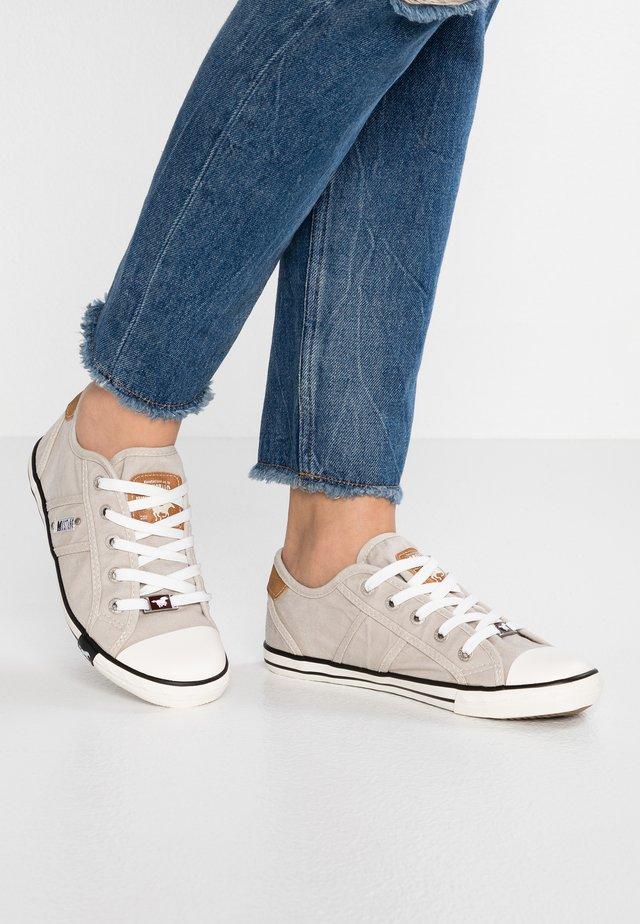 Sneakers - hellgrau