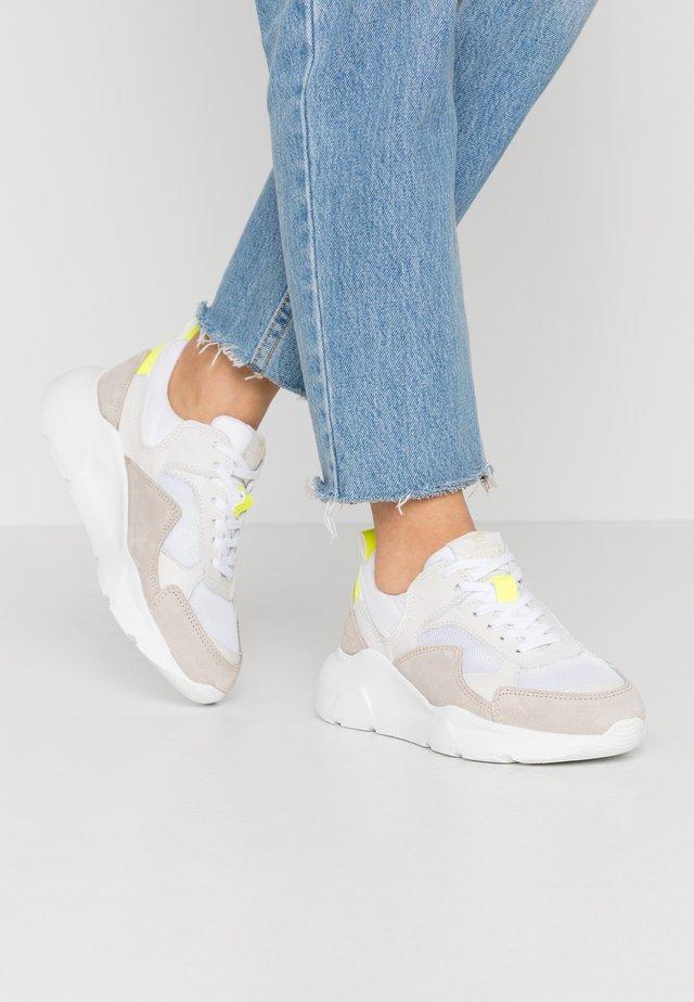 Sneakers - weiß/beige