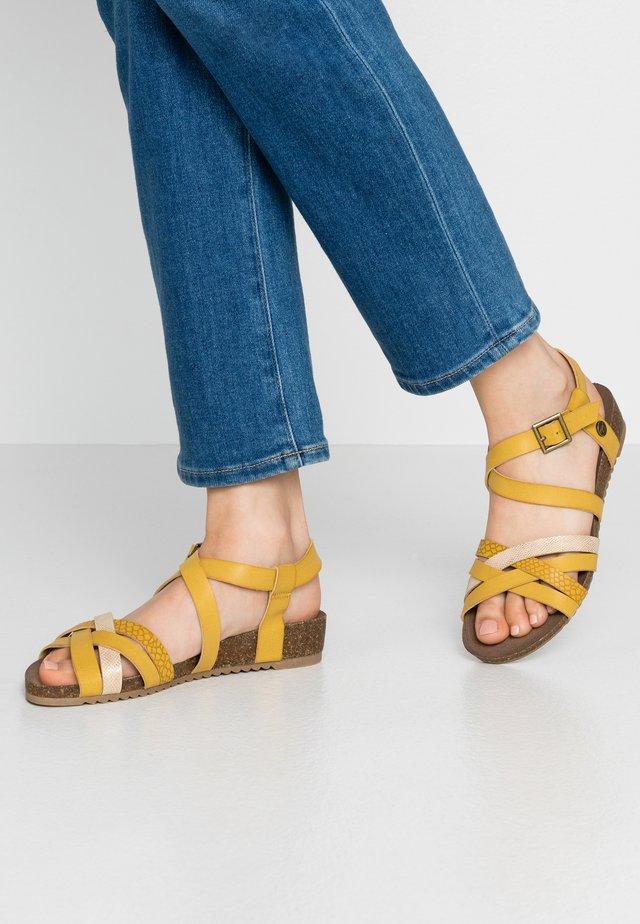 Sandaletter med kilklack - gelb