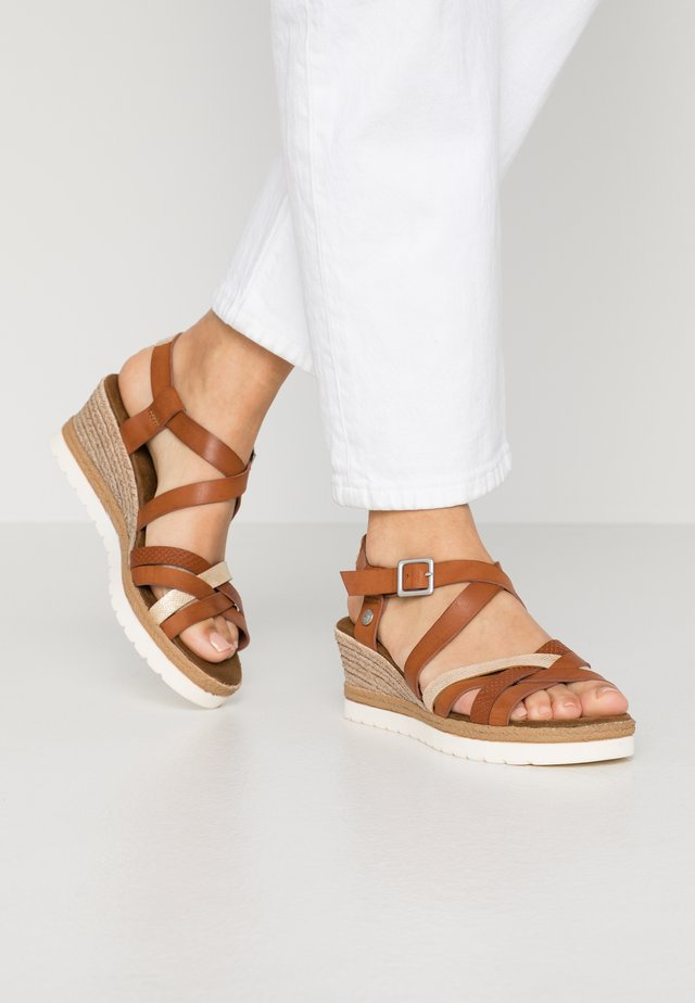 Korkeakorkoiset sandaalit - kastanie