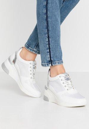 Baskets basses - weiß