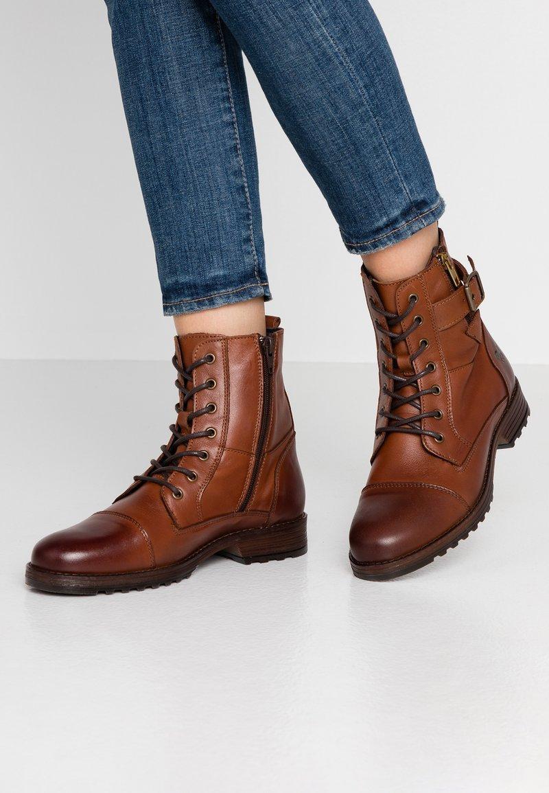Mustang - Šněrovací kotníkové boty - kastanie