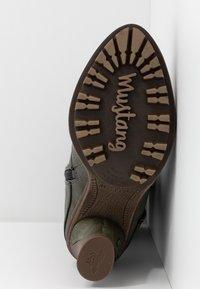 Mustang - Laarzen met hoge hak - oliv - 6