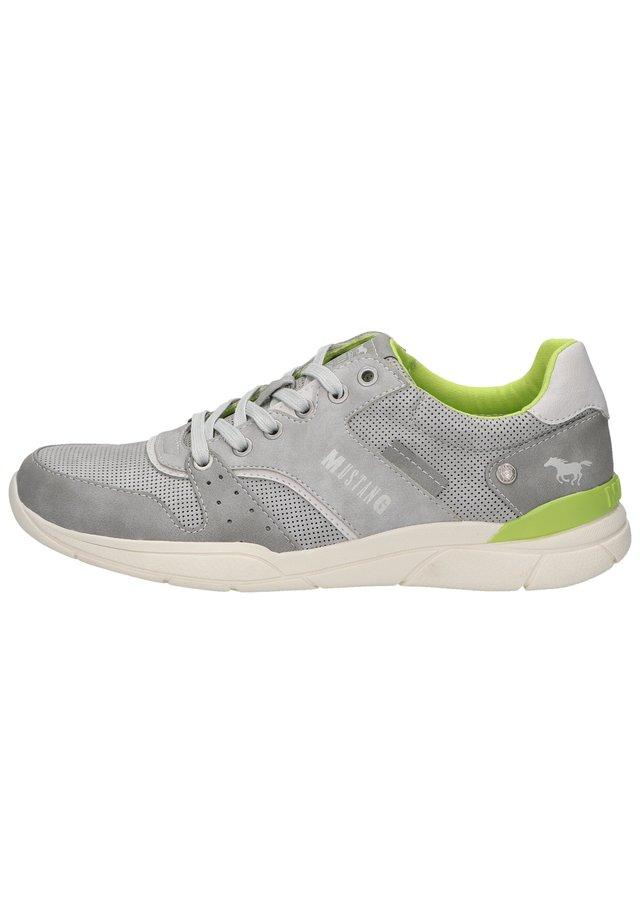 Sneakers - hellgrau 22