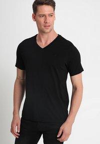 Mustang - 2-PACK V-NECK - T-shirt - bas - black - 1
