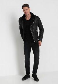 Mustang - 2-PACK V-NECK - T-shirt - bas - black - 0