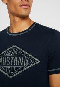 Mustang - ALEX - T-shirt imprimé - dark saphire - 4
