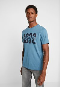 Mustang - ALEX  - T-shirt con stampa - aegean blue - 0