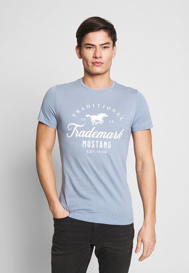 AARON  - T-shirt imprimé - blue