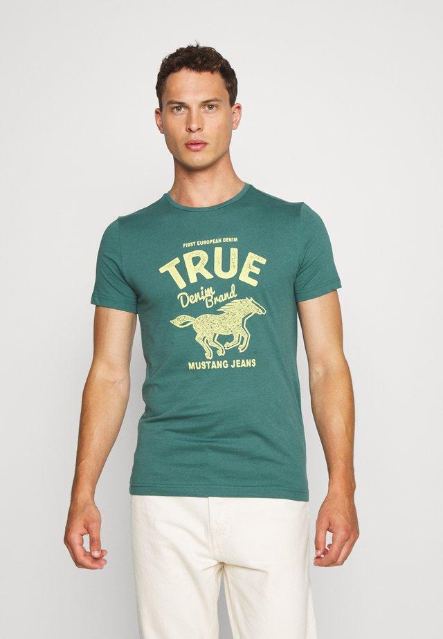 AARON  - Print T-shirt - mallard green
