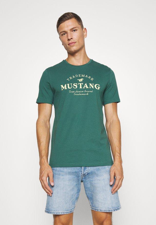 ALEX - T-shirt med print - mallard green